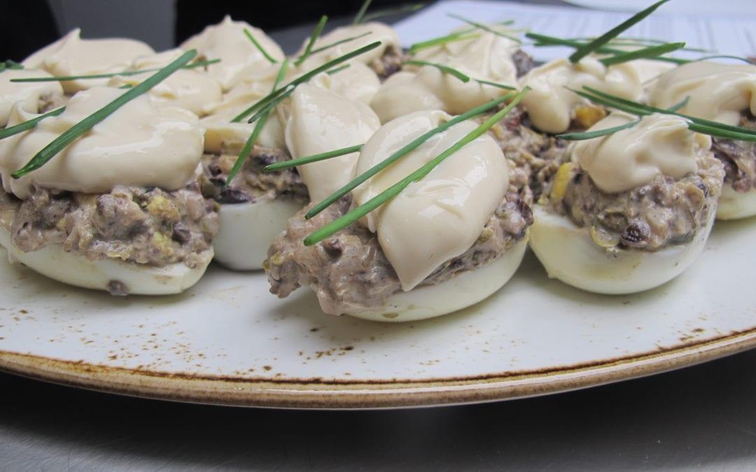 Receta de huevos marmolados con tapenade y anchoas