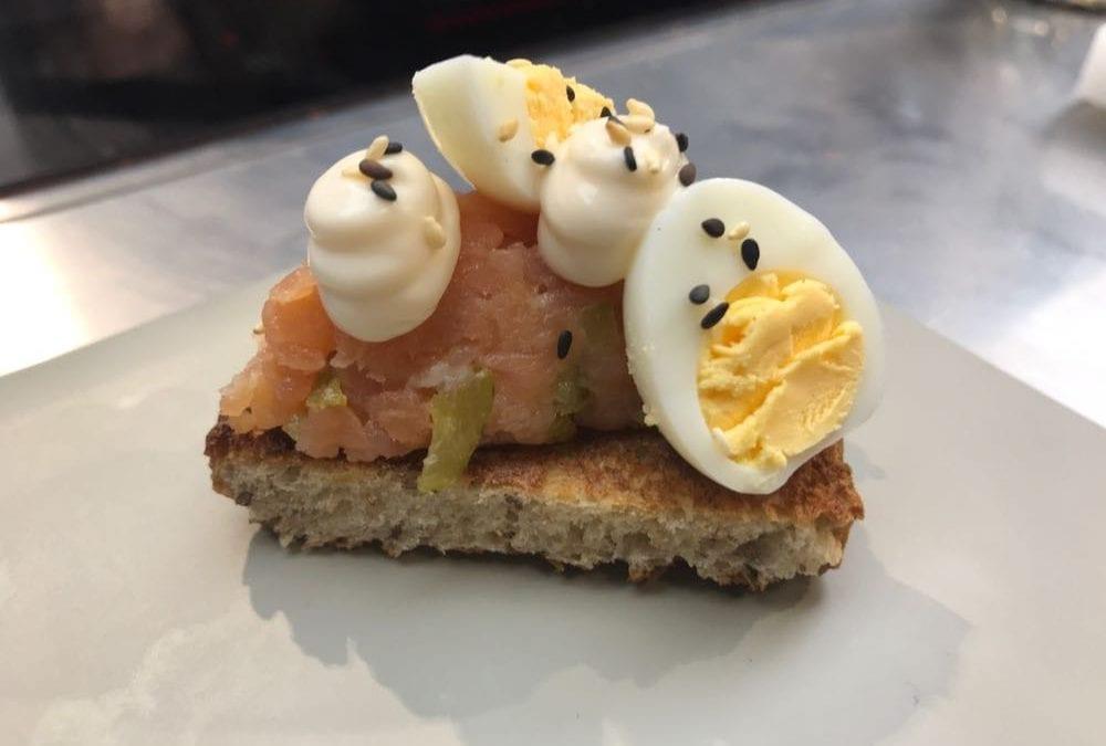 Receta de tostada con tartar de salmón ahumado y mahonesa de jengibre