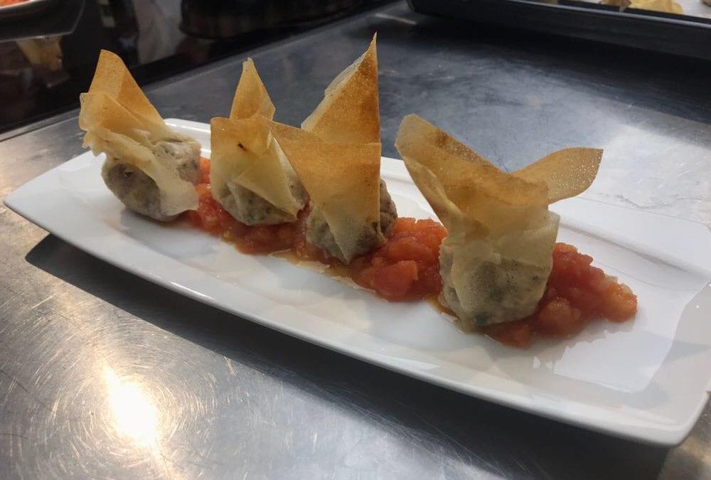 Receta de saquitos de setas y longaniza sobre tomate casse