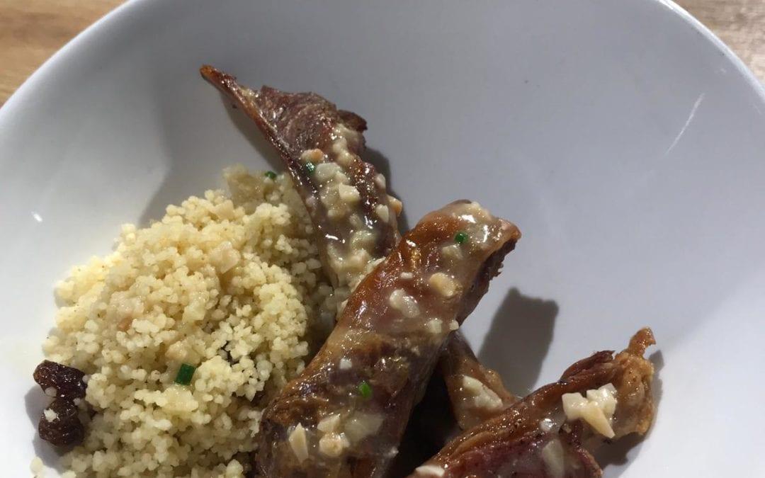Receta de churrasquitos con cuscús de jengibre y pasas con salsa de almendras