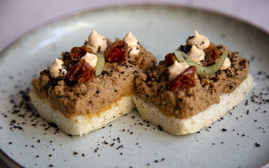 Receta: Tosta de sardinas, aceitunas y tomate seco de Aragón