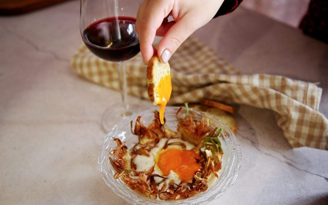 Receta: Crema de hinojo con crujientes de alcachofa, jamón y yema curada