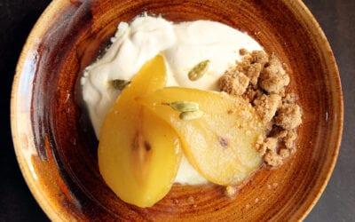 Receta: Peras al chantilly de cardamomo y crumble de frutos secos