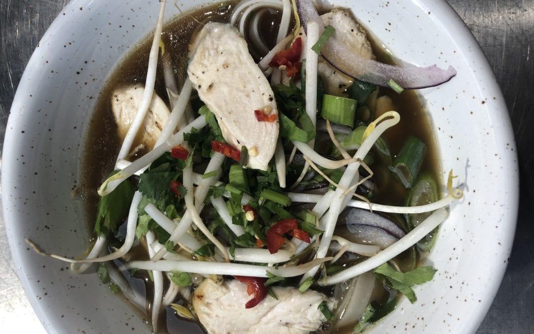Receta de sopa vietnamita de pollo con especias y noodles