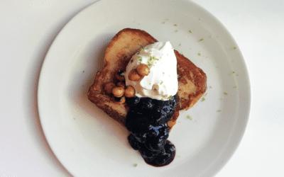 Receta: Torrija muuuuuy dulce de toffee con nata de kefir y mermelada de arándanos