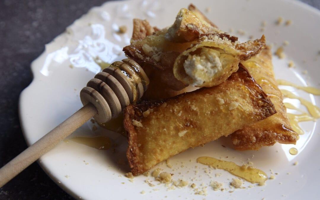 Receta: Wonton frito con requesón, miel y nueces